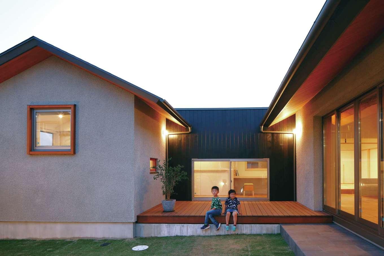 丸昇彦坂建設【デザイン住宅、自然素材、建築家】中庭はキッチンと対面しているため、BBQを気軽に楽しめる。雨でも窓を開けて換気できるよう軒を深くした