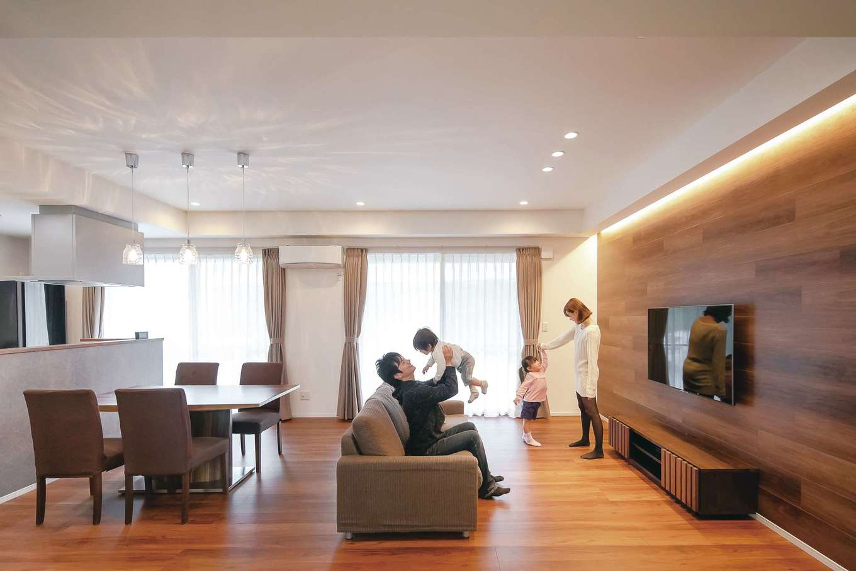丸昇彦坂建設【デザイン住宅、間取り、平屋】 ゆったりとしたLDKは22畳。リビング部分だけ折り上げ天井にしてアクセントを。テレビステーションに木目調のフロアタイルを貼って高級感を演出した