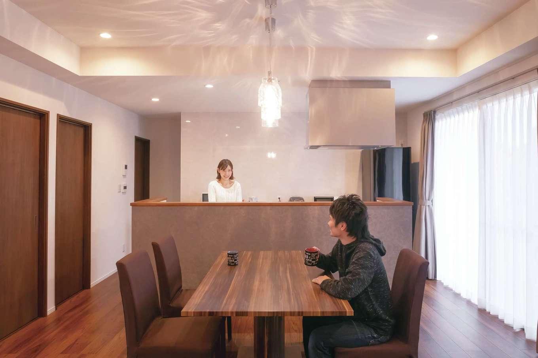 丸昇彦坂建設【デザイン住宅、間取り、平屋】家族と会話しながら料理できるセンターキッチン