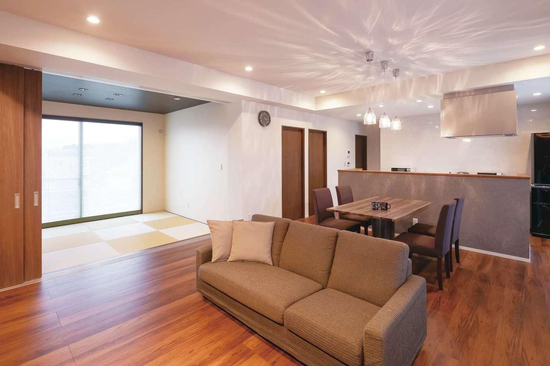 丸昇彦坂建設【デザイン住宅、間取り、平屋】天井高2700mmのLDK。6畳の和室ともつながり、より開放的に感じられる