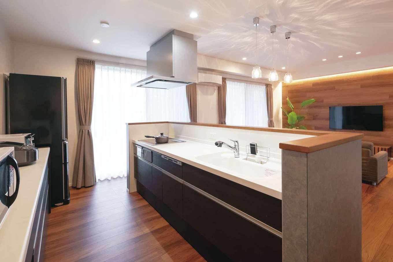 丸昇彦坂建設【デザイン住宅、間取り、平屋】ぐるぐると回遊できるアイランド型のキッチンは家事効率を高め、ご主人も子どもたちもお手伝いしやすい