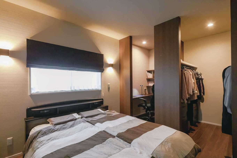 丸昇彦坂建設【デザイン住宅、間取り、平屋】ジェントルな雰囲気に仕上げた主寝室。大容量のウォークインクローゼットとシックな書斎も完備
