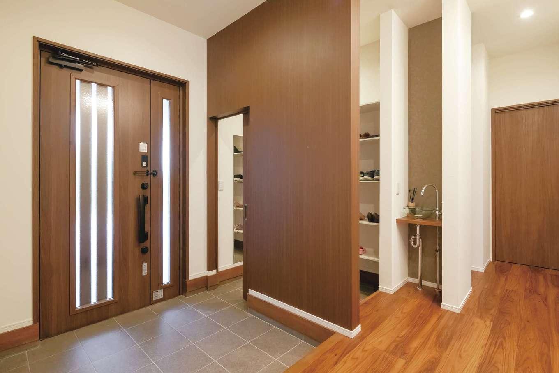 丸昇彦坂建設【デザイン住宅、間取り、平屋】ゆったりとした玄関ホール。手を洗う習慣が身につくよう洗面台も設置