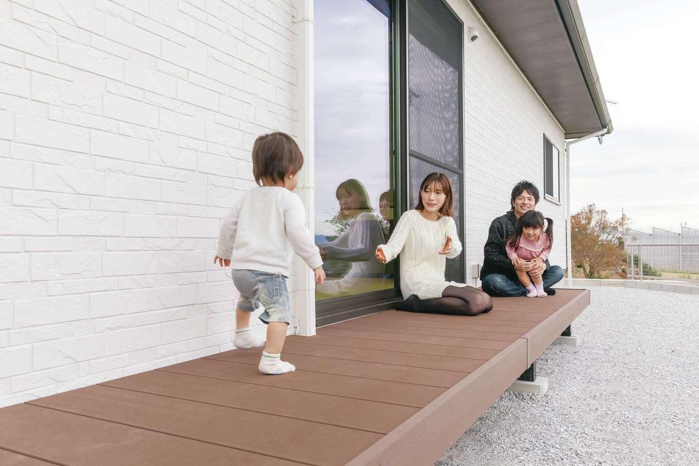 丸昇彦坂建設【デザイン住宅、間取り、平屋】長いウッドデッキはアウトドアリビングとしてフル活用