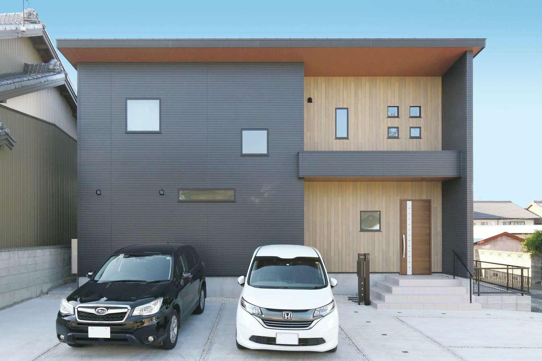 丸昇彦坂建設【デザイン住宅、収納力、間取り】ゆるやかな片流れの屋根が印象的なシンプル&モダンな外観デザイン。黒と木目調のサイディングが絶妙のバランスで調和し、クールな中にも温かみを感じさせる