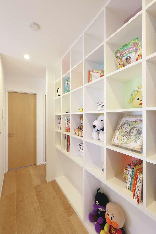 丸昇彦坂建設【デザイン住宅、収納力、間取り】2階のフリースペースに造作した「ブックストリート」。天井まで届く大きな本棚に、家族みんなの好きな本を飾る。見せる収納として、インテリアにもなっている