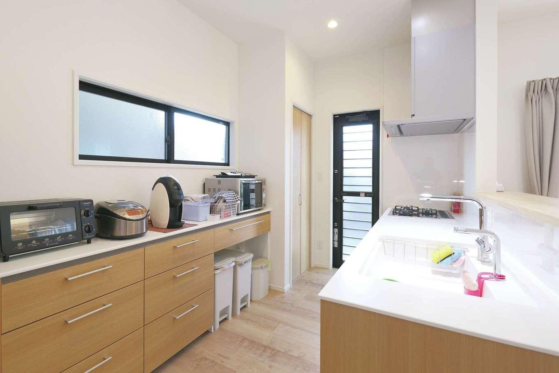 丸昇彦坂建設【デザイン住宅、収納力、間取り】壁付けの食器棚でなく、見せる収納を採用したことでキッチンスペースが明るくなった