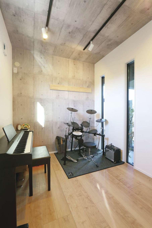 丸昇彦坂建設【デザイン住宅、収納力、間取り】リビングに隣接したプレイルーム。夫婦がいつでも気軽にドラムとピアノのセッションを楽しめる