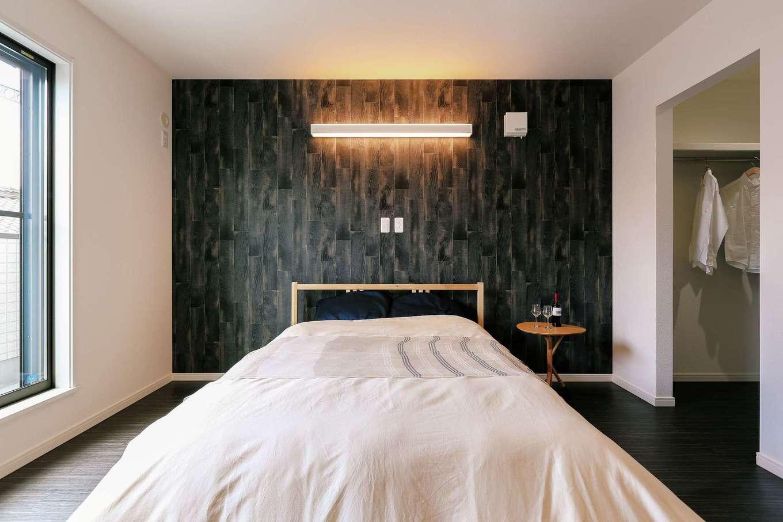 丸昇彦坂建設【収納力、省エネ、インテリア】アクセントクロスで大人っぽくコーディネートした主寝室。収納も充実
