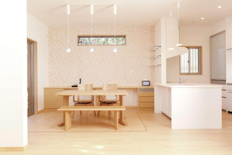 丸昇彦坂建設【収納力、省エネ、間取り】ナチュラルなテイストのダイニングキッチン。シンプルな空間を自分たち好みの家具、照明、クロスで演出。子どもたちのスタディコーナーも造作
