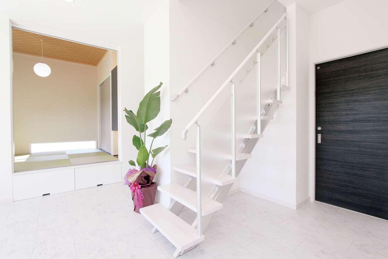 丸昇彦坂建設【デザイン住宅、子育て、インテリア】スリット階段が空間をより広く感じさせる。できるだけ家具を置かず、シンプルに暮らす夢を叶えた