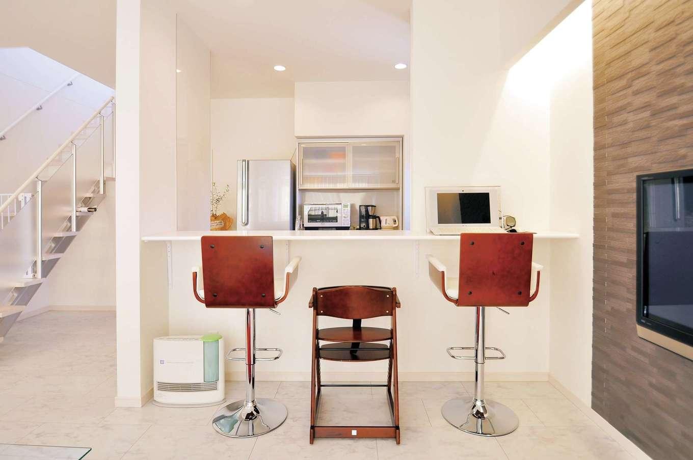 丸昇彦坂建設【デザイン住宅、子育て、インテリア】料理中の手元を見せないハイカウンターを採用したオープンキッチン。ここでいつも食事するので、家事時間を短縮でき、家族で会話を楽しむ時間が増える