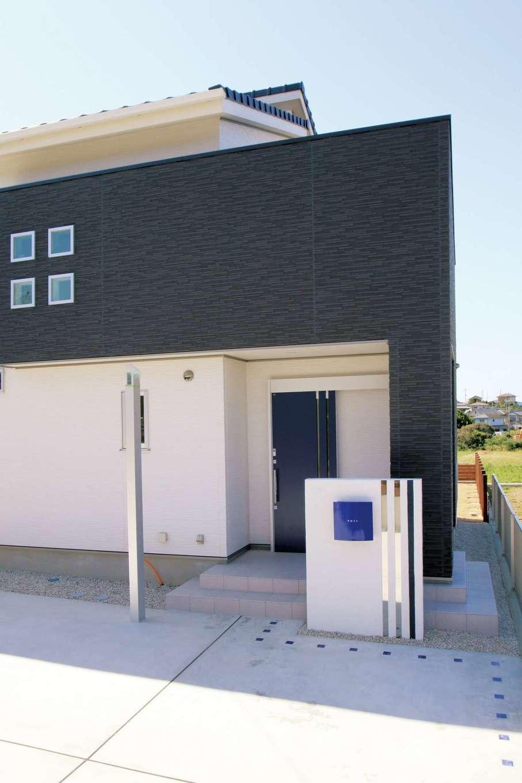 丸昇彦坂建設【デザイン住宅、子育て、インテリア】エッジの効いた外観フォルム。ブルーのポストがアクセントに