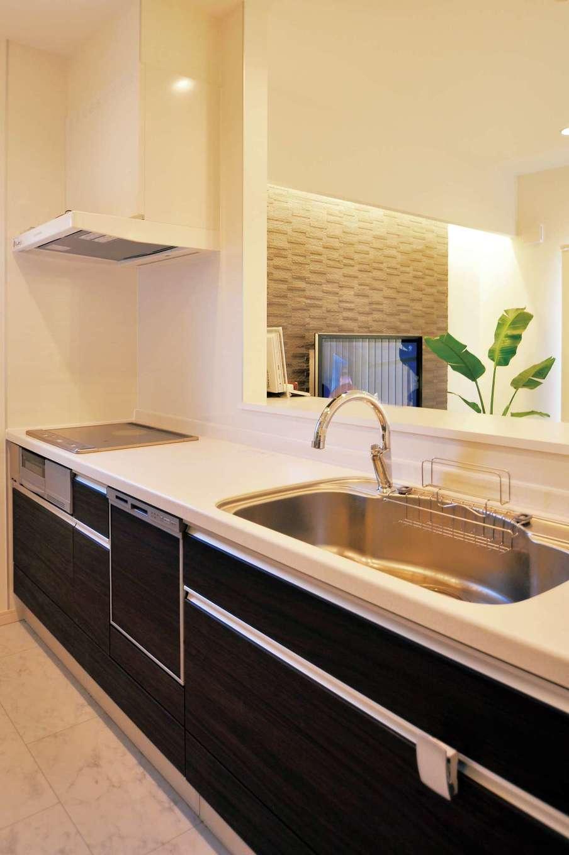 丸昇彦坂建設【デザイン住宅、子育て、インテリア】キッチンは奥行きも幅も広くて楽々。手をかざすだけで水の出し止めができるタッチレス水栓を採用