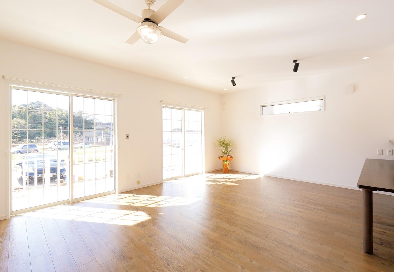 丸昇彦坂建設【デザイン住宅、輸入住宅、趣味】20畳のLDKはテラスとひと繋がりで、より開放的な雰囲気に