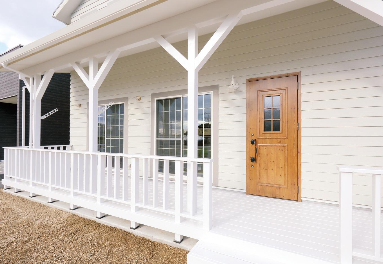 丸昇彦坂建設【デザイン住宅、輸入住宅、趣味】白い柱、フェンスとラップサイディングが絶妙に融合