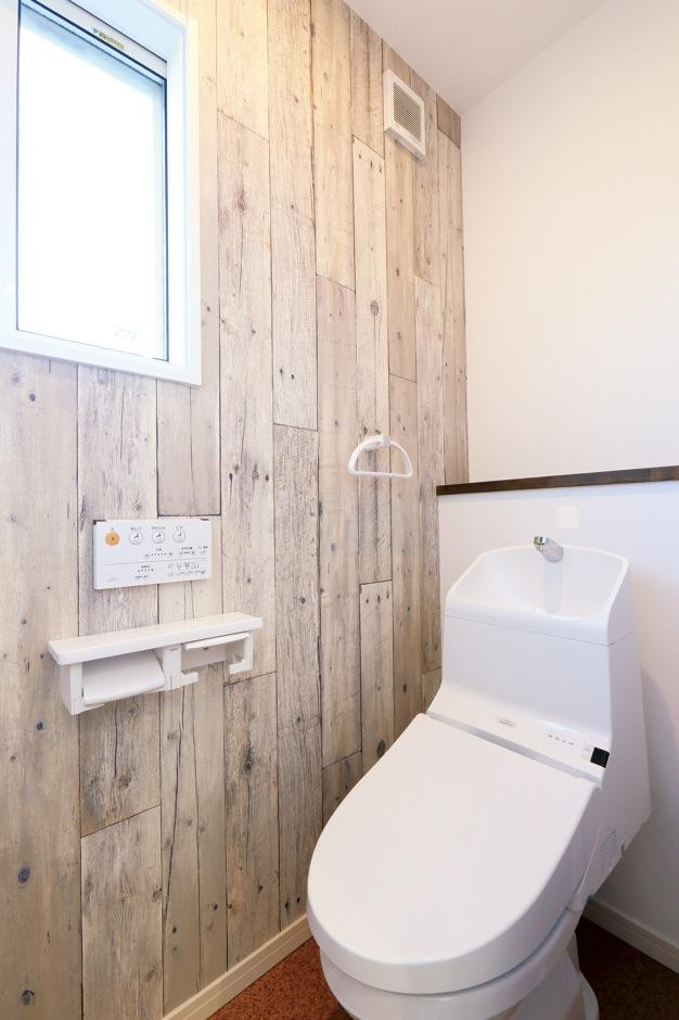 丸昇彦坂建設【デザイン住宅、輸入住宅、趣味】新しいのに使い込まれたような雰囲気を醸し出すトイレの壁もシャビーシックなクロスを使用