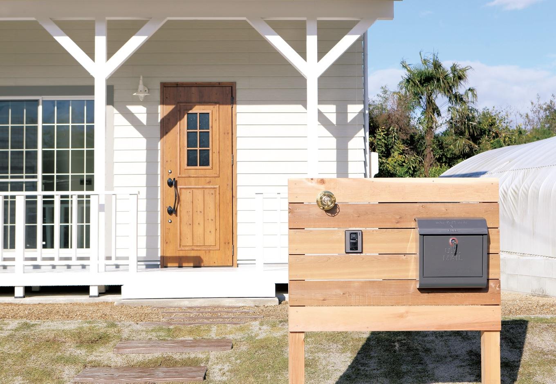 丸昇彦坂建設【デザイン住宅、輸入住宅、趣味】アプローチに建てた木の表札も施主さんの持ち込み