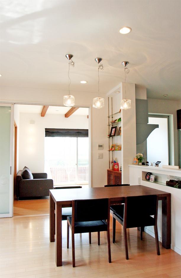 丸昇彦坂建設【デザイン住宅、収納力、和風】和室やリビングとひと続きになるダイニングキッチン。モダンな空間に裸電球を合わせ、組み合わせの妙を楽しむコーディネート力は『丸昇彦坂建設』ならでは