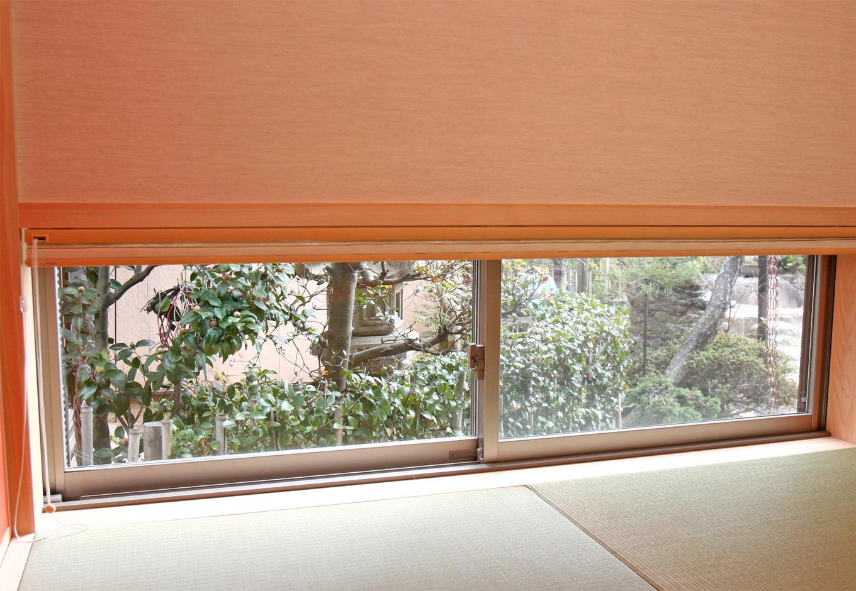 丸昇彦坂建設【デザイン住宅、収納力、和風】部屋の足元に小窓を設け、実家の日本庭園をインテリアの一部として活かす。照明のコードが見えないよう、床に穴を開けて収納するなど配慮が細やか