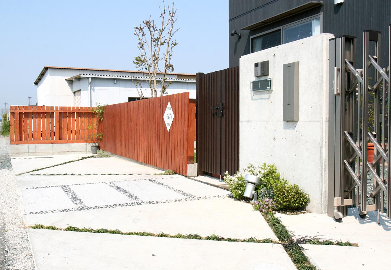 丸昇彦坂建設【デザイン住宅、収納力、和風】石や格子を組み合わせた門構えが家の外観にぴったり。シンプルながら季節感を感じられるたたずまいに