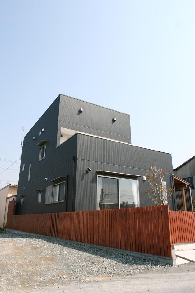 丸昇彦坂建設【デザイン住宅、収納力、和風】昔ながらの庭に馴染むよう、黒一色でまとめた外観が目を引く。随所に照明を用意し、夜はロマンチックな雰囲気に