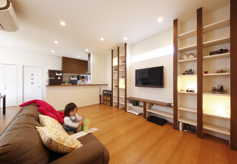 丸昇彦坂建設【デザイン住宅、間取り、インテリア】2階のLDKはゆったり広々。壁面収納と照明を組み合わせ、ディスプレイを楽しんでいる