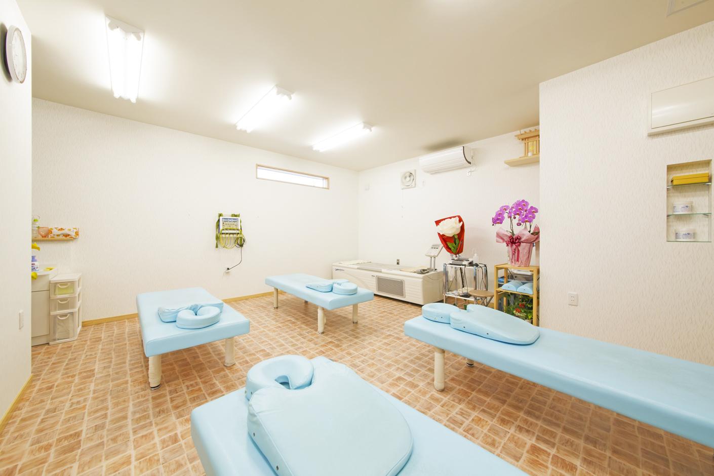 丸昇彦坂建設【デザイン住宅、間取り、インテリア】清潔感あふれる接骨院スペース。明るく開放感がありながら、落ち着いて施術を受けられると好評だ