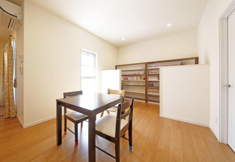 丸昇彦坂建設【デザイン住宅、間取り、インテリア】ダイニングの奥に間仕切り壁を用意。壁の向こうは、パソコンデスクや書棚を備えた趣味のスペースに