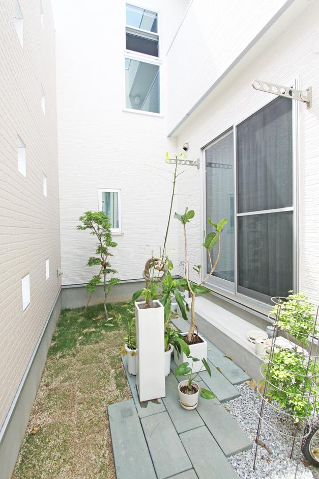 丸昇彦坂建設【デザイン住宅、間取り、インテリア】飾り壁の内側に小さな庭をつくり、居室からも見えるよう配慮。人の視線を遮りながらも、暮らしを豊かにする工夫が光る