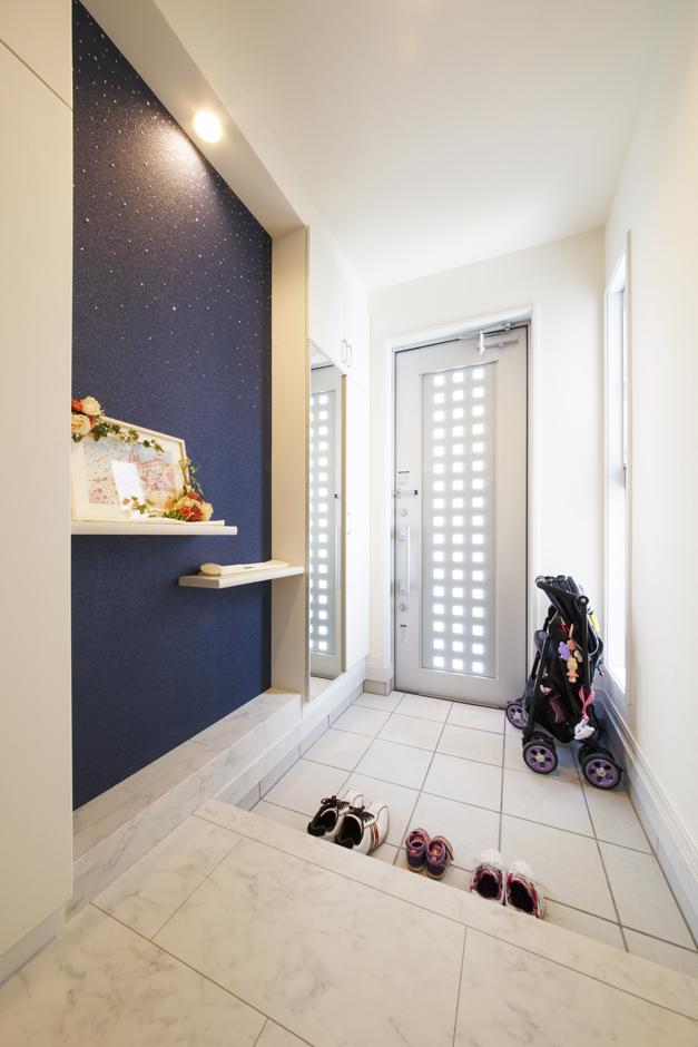 丸昇彦坂建設【デザイン住宅、間取り、インテリア】プライベート用の玄関ホールは明るくスタイリッシュに。スワロフスキーがきらめく壁がアクセント