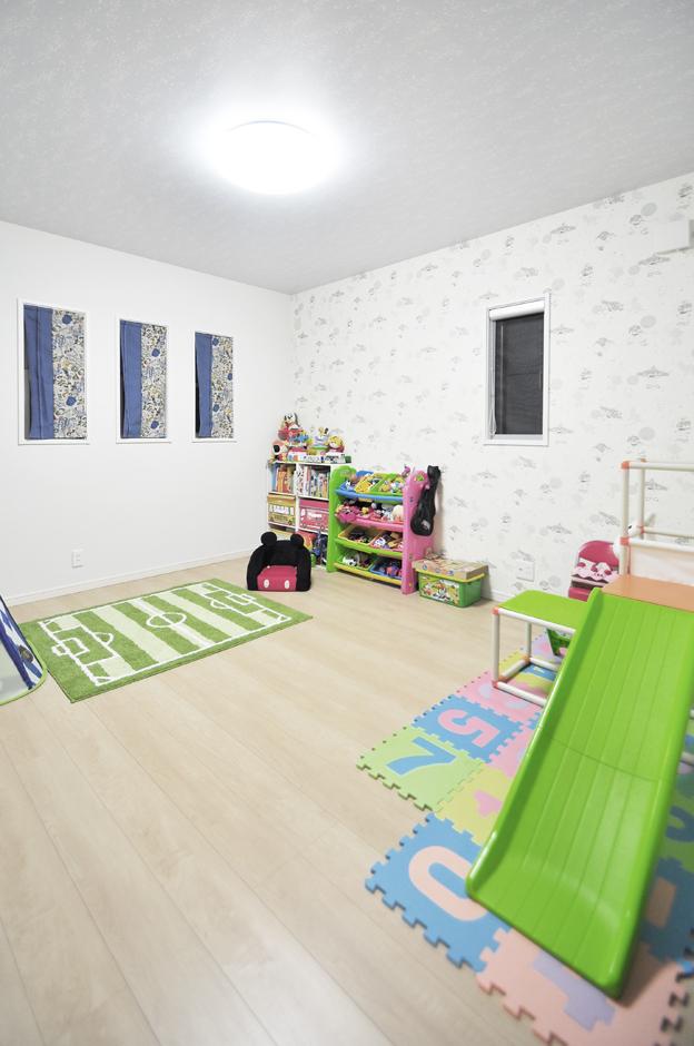 丸昇彦坂建設【デザイン住宅、間取り、インテリア】LDKを2階に配置する代わりに、1階に子ども室や寝室、フリースペースを用意。子ども室は、お子さんが選んだ可愛らしい壁紙がポイント