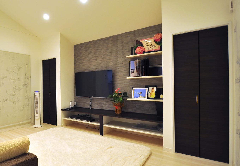 丸昇彦坂建設【デザイン住宅、間取り、インテリア】リビングのテレビ裏には、臭い吸着効果のあるエコカラットを貼り付けた。インテリアとしてもお洒落だ