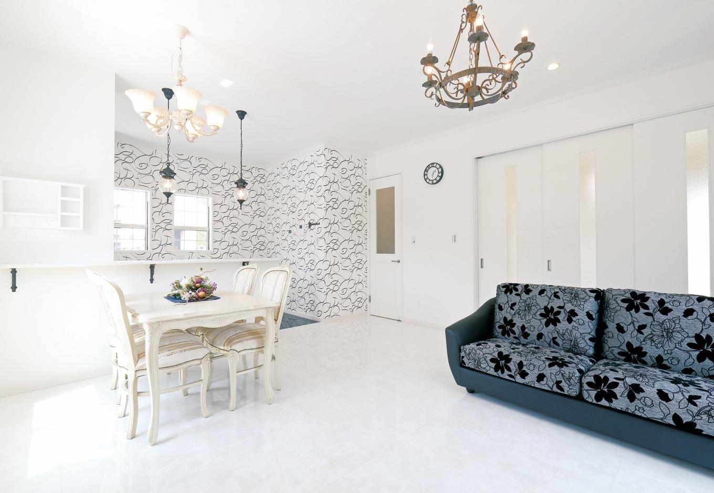 丸昇彦坂建設【デザイン住宅、輸入住宅、インテリア】サロンのように優雅なLDKは白で統一 し、黒いソファと照明器具がアクセントに。鏡面のフローリングは大理石やタイルのように冷たくなく、お手入れも簡単