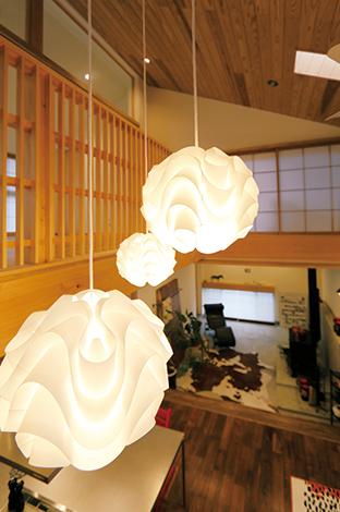 丸昇彦坂建設【和風、自然素材、インテリア】ル・コルビジェのリクライニングチェア、 ハンス・ウェグナーのYチェア、ストッケの子ども椅子、レ・クリントの照明など、北欧のデザイナー家具で和の空間をコーディネート。日本の自然素材と北欧家具の相性がいいことを改めて実感!