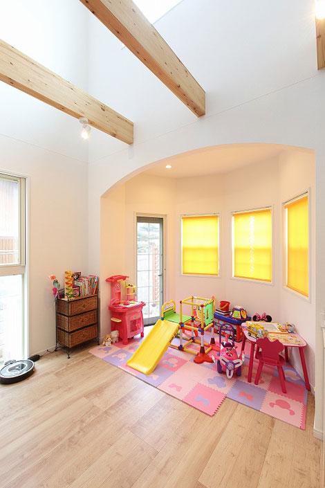 丸昇彦坂建設【輸入住宅、趣味、ガレージ】リビングの南面には六角形のスペースを意匠的に設け、華やかな印象をプラス。子どもが遊ぶのにもぴったりな空間で、キッチンからも目が届くので安心!
