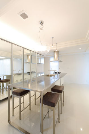 丸昇彦坂建設【デザイン住宅、間取り、ガレージ】背面の壁面収納を鏡張りにしたことで、空間がいっそう広々と感じられる