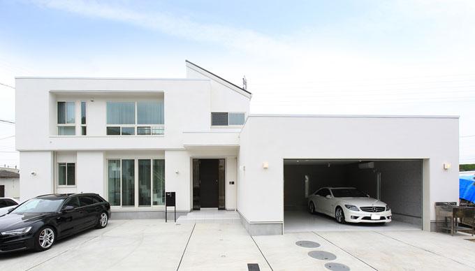 丸昇彦坂建設【デザイン住宅、間取り、ガレージ】洗練されたモダンデザインが印象的な白いガレージハウス。大きな窓から室内に景色を採り込み、白い空間に自然な彩りを添えられるようにした