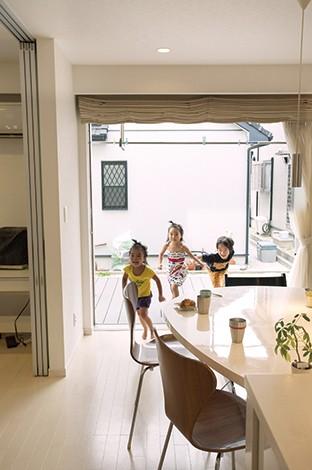 丸昇彦坂建設【デザイン住宅、子育て、間取り】ダイニングキッチンの南側には大開口の窓を設けデッキを設置。開放感が増すと同時に、キッチンから子ども達が外で遊ぶ姿を見守れるので安心!