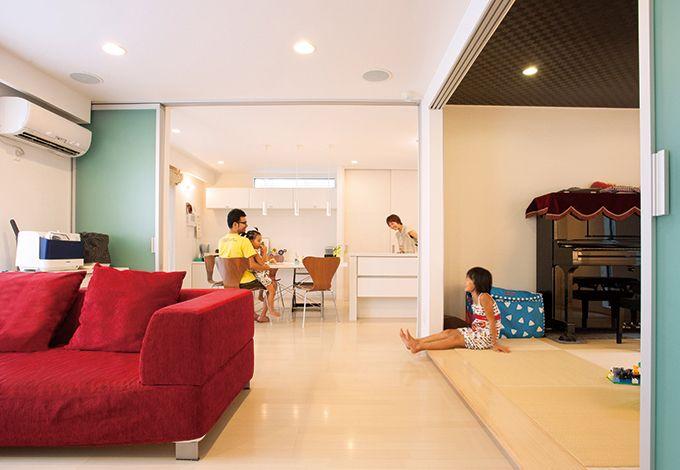 丸昇彦坂建設【デザイン住宅、子育て、間取り】白をベースにした内装がいっそう明るさと広がりを感じさせるLDK
