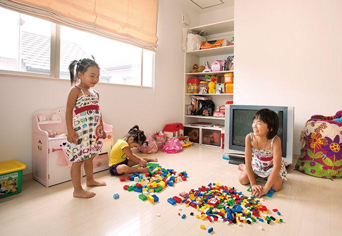 丸昇彦坂建設【デザイン住宅、子育て、間取り】棚に詰めこんだおもちゃを広げて、子ども部屋でのびのびと遊ぶ三姉妹