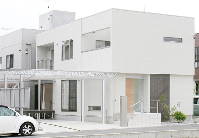 丸昇彦坂建設【デザイン住宅、子育て、間取り】キューブ型のシンプルモダンな建物に合わせてカーポート選びにもこだわった