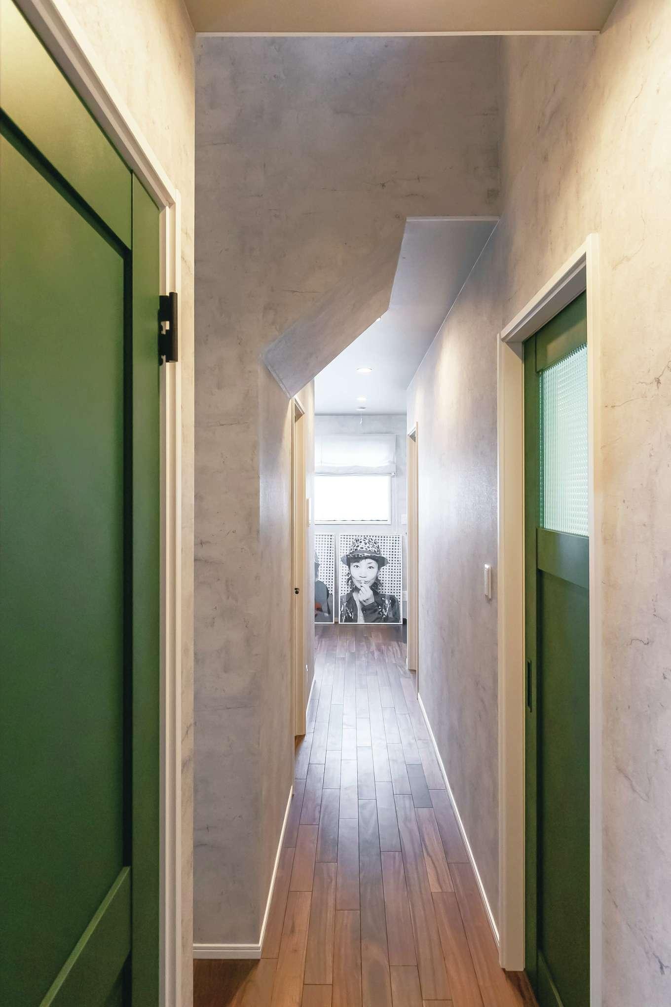 丸昇彦坂建設【1000万円台、デザイン住宅、子育て】NYのアパートを彷彿とさせる長い廊下。マットな質感の建具がニュアンスを与える
