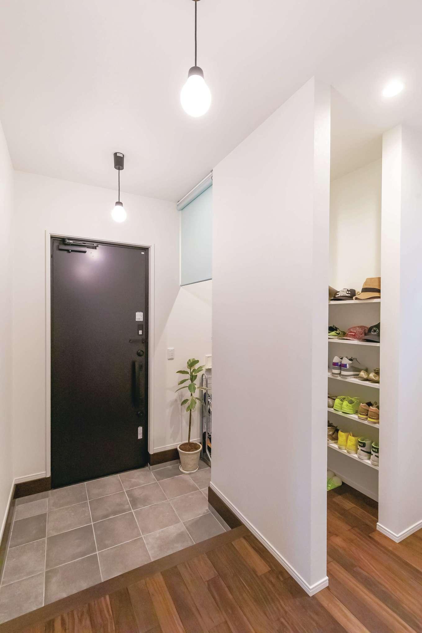 丸昇彦坂建設【1000万円台、デザイン住宅、子育て】玄関ホールは家族用とゲスト用に分けてスッキリと