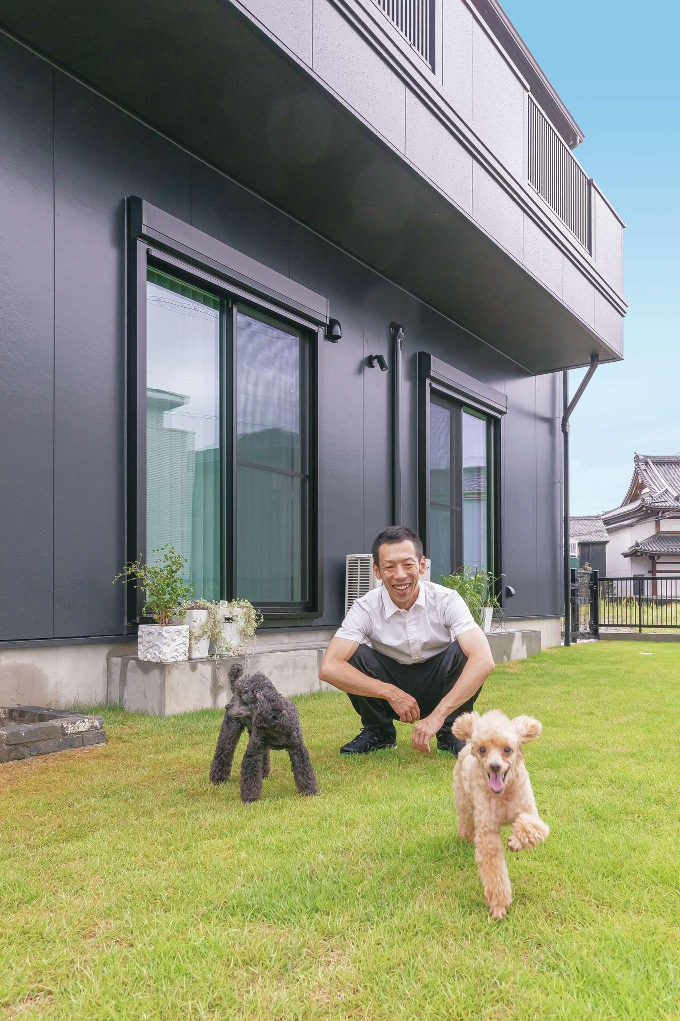 丸昇彦坂建設【1000万円台、デザイン住宅、子育て】とにかく犬を広い庭で遊ばせてあげたかったというHさん、ヒナちゃん、ミクちゃんも我が家にドッグランができて嬉しそう♪