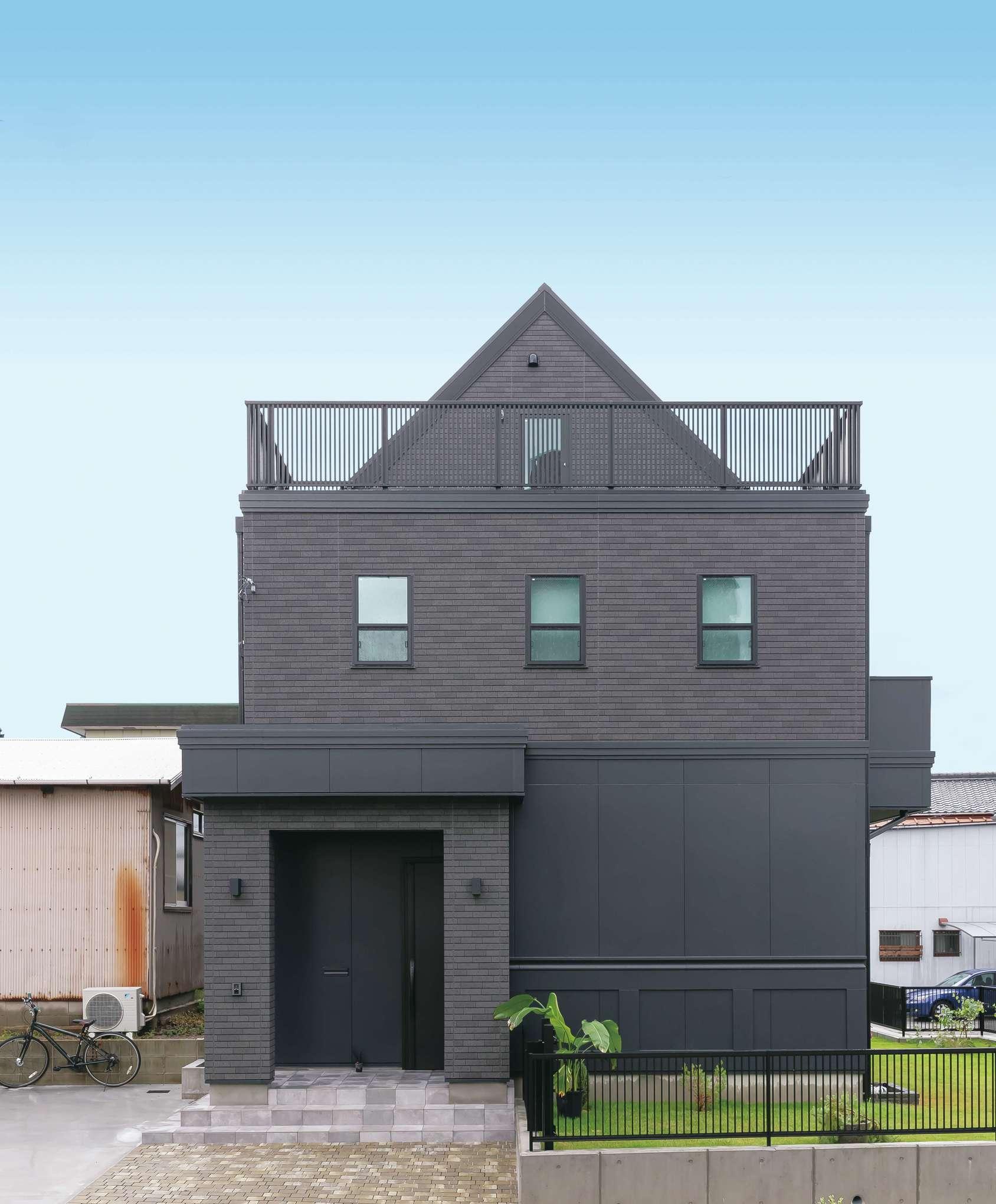 丸昇彦坂建設【1000万円台、デザイン住宅、子育て】住宅街でひときわ目を惹く独創的な外観フォルム。ブラックの壁に緑の芝生が映える