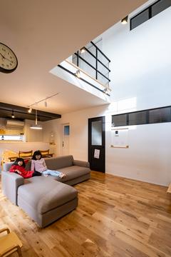 開放的なLDKでのびのび暮らす 黒ガルバのデザインハウス