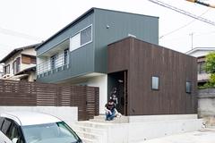 家族の団らんを見守る 緑ガルバのデザインハウス