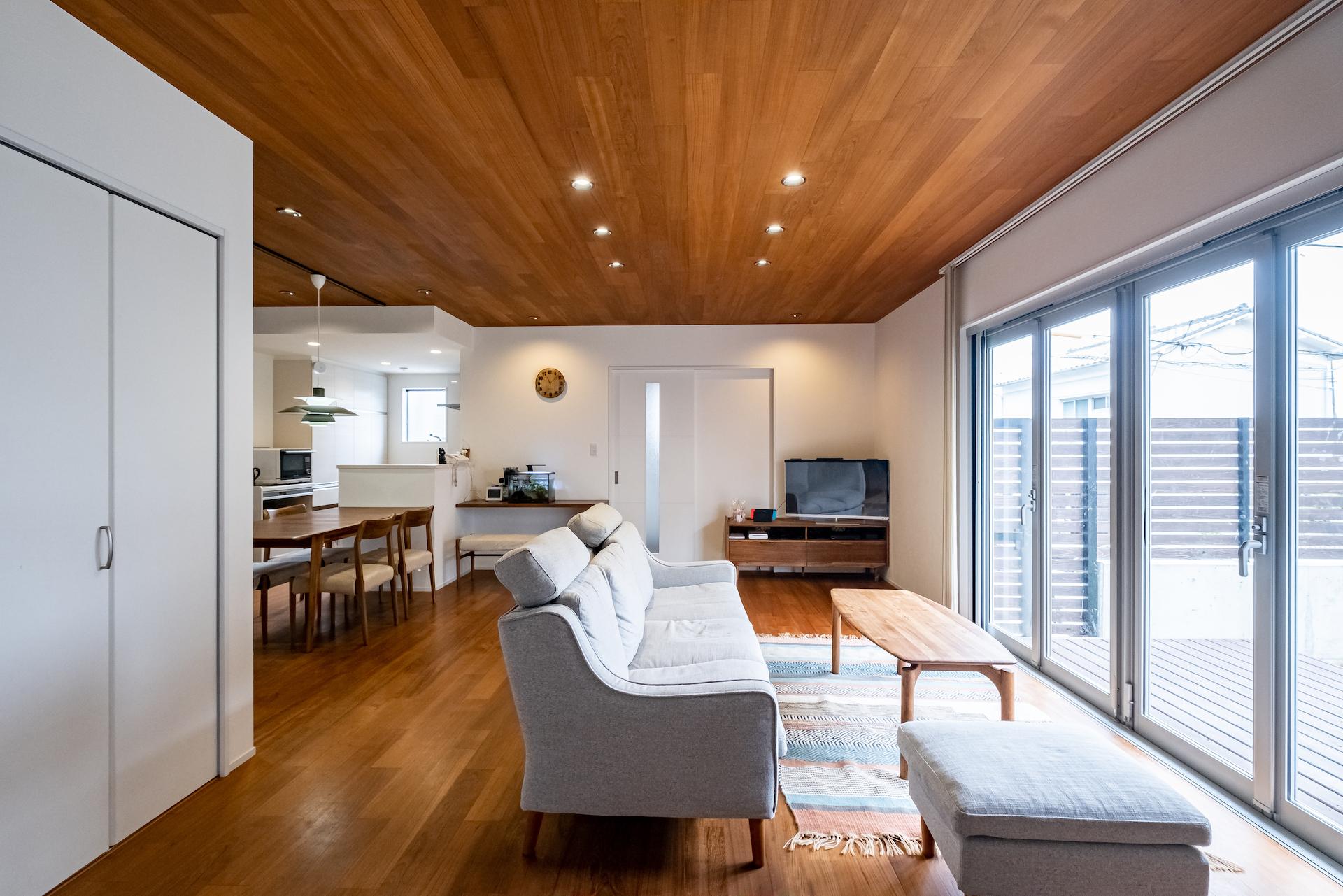 南向きに大きく開かれたリビング。ウッドデッキも繋がり開放感が抜群。天井と床に使われたチーク材はご主人のこだわり。家具についてもチークで統一した