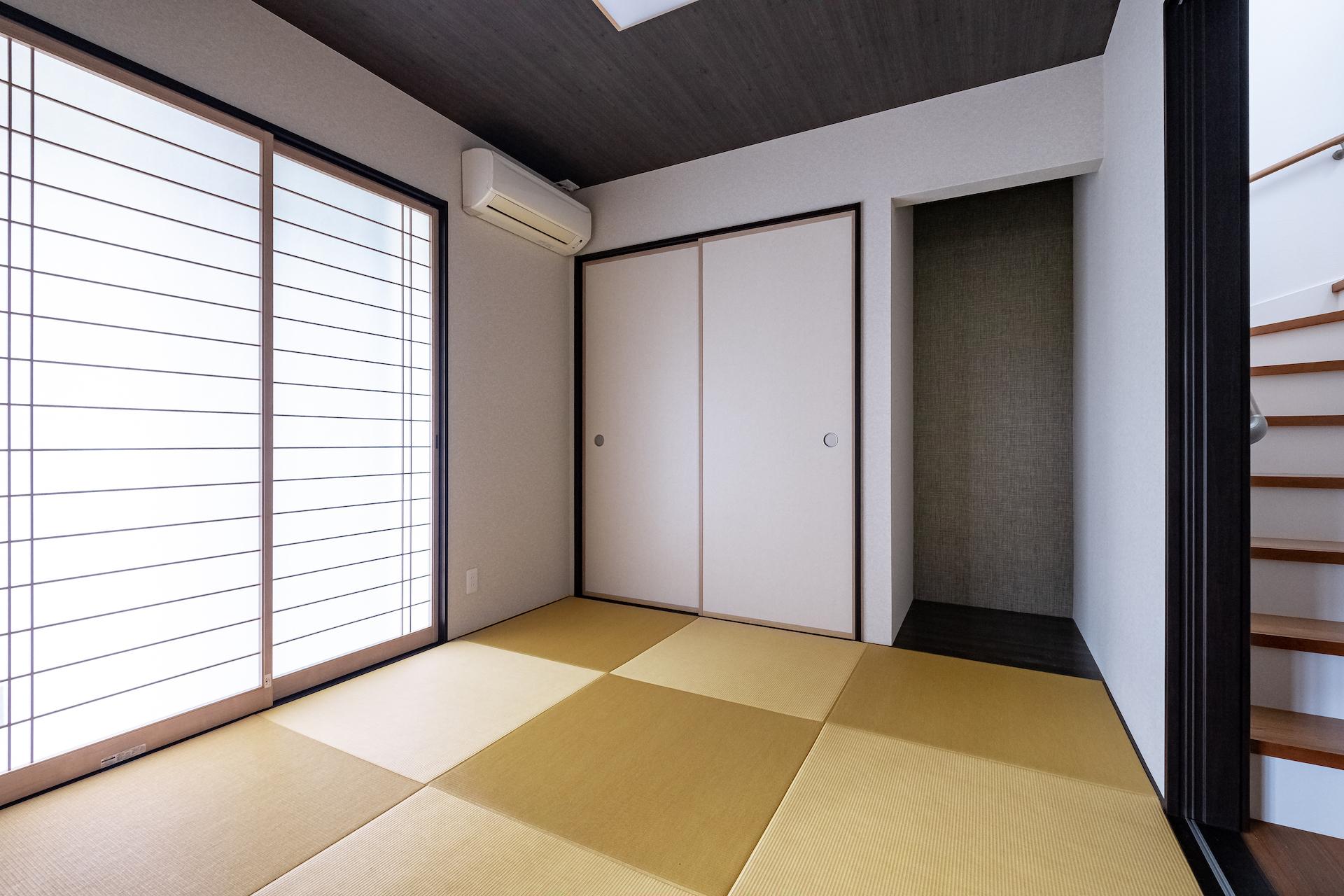5畳の和室。家の南西に位置しており日当たり良好。リビングに光を招き入れ、来客時にも活躍する
